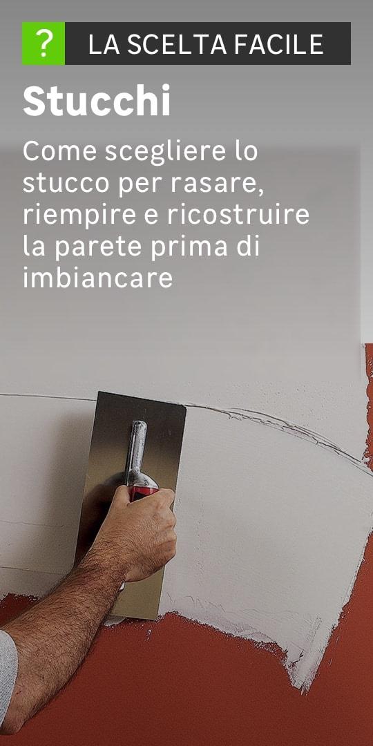 Persona che stende lo stucco su una parete